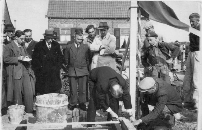 hammer-eerstesteen-zuidbeijerland-6woningen-boendersweg-17mei1950