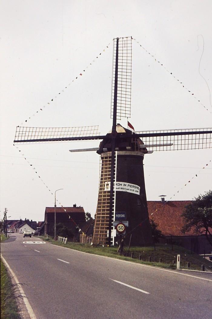 piershil-450jaar-molen-spandoek-versierd