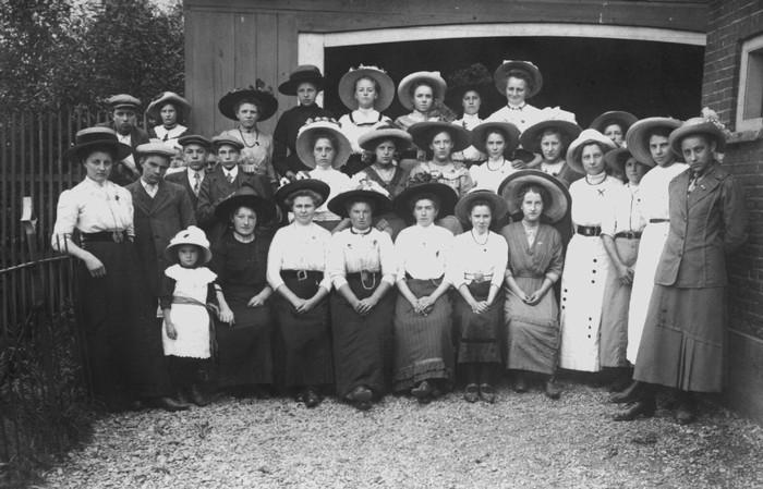 piershil-feest-1913-rozenmaaksters