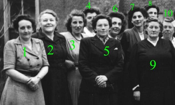 piershil-gezelschap-dames-kerkplein-1950-01