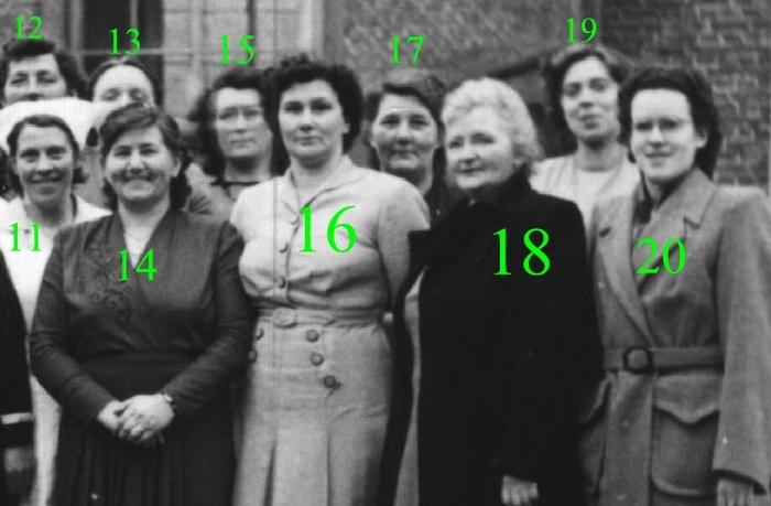 piershil-gezelschap-dames-kerkplein-1950-02