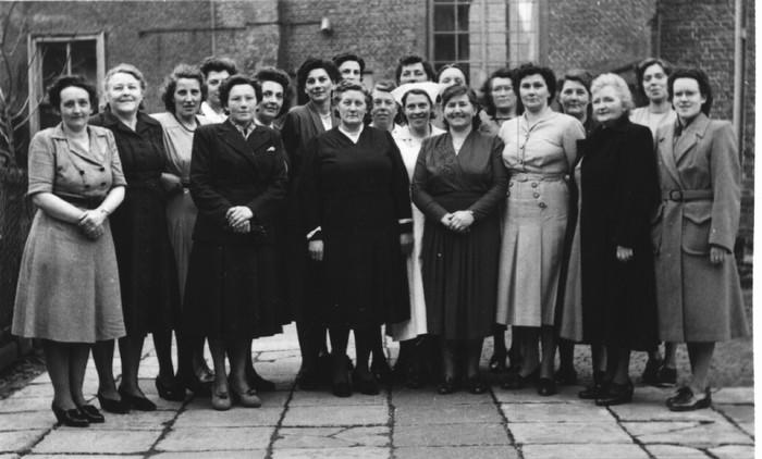 piershil-gezelschap-dames-kerkplein-1950
