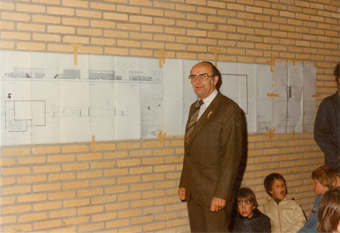 piershil-gymzaal-dewurf-eerstesteen-1983-04
