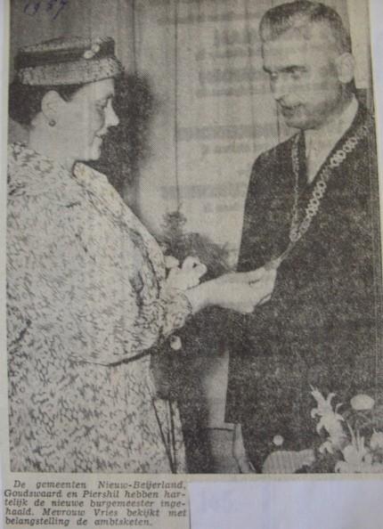 piershil-knipsel-burgemeester-vries1957-07