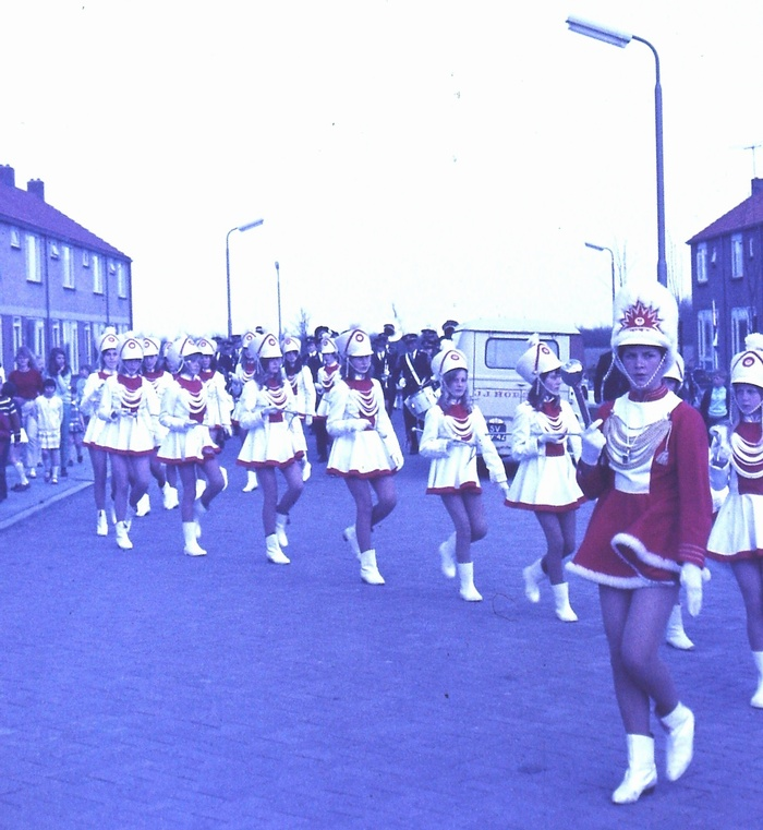piershil-margrietstraat-majorettes-zb-30april1969