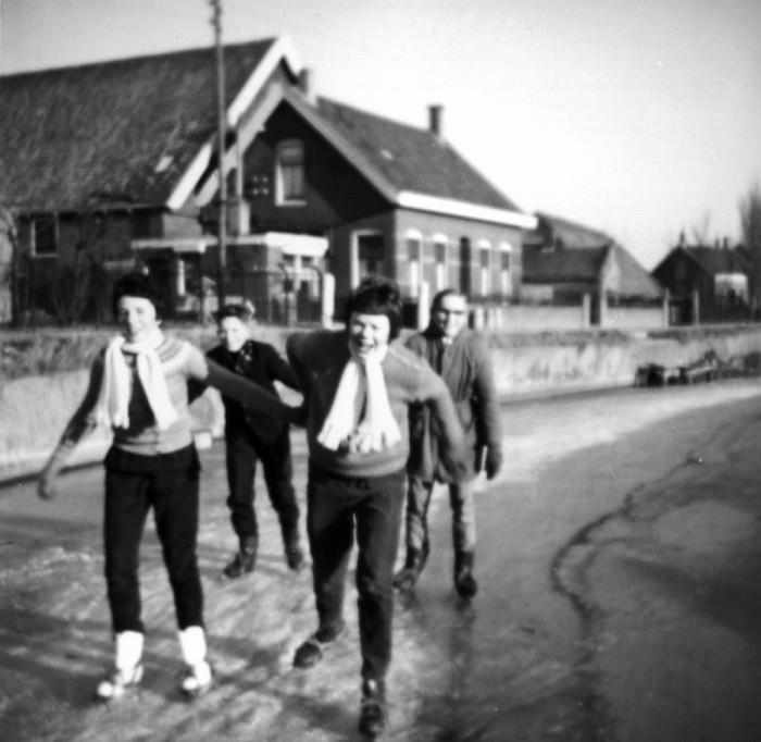 piershil-voorstraat-bocht-winter1962-02
