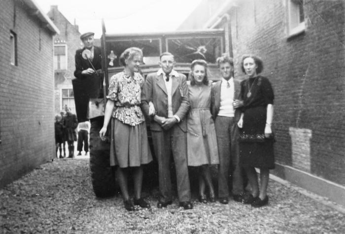 piershil-voorstraat-poseren-1950-01