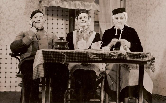 piershil-voorstraat-toneel-1954-01