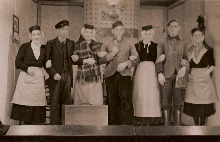 piershil-voorstraat-toneel-1954-02