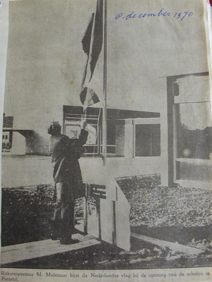 piershil-knipsel-vlag-nieuweschool-8dec1970