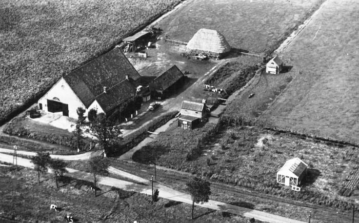 piershil-luchtfoto-kostverlorendijk-1947