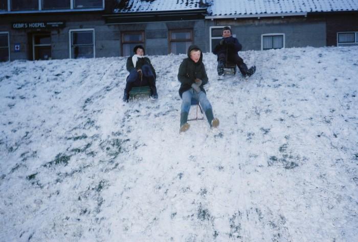 piershil-molendijk-sleetjerijden-1979-01