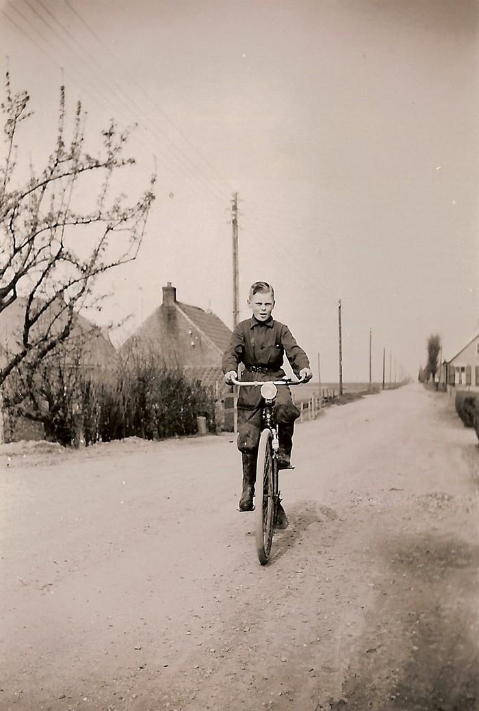 piershil-tonberkhout-oosthoek-fiets-1953